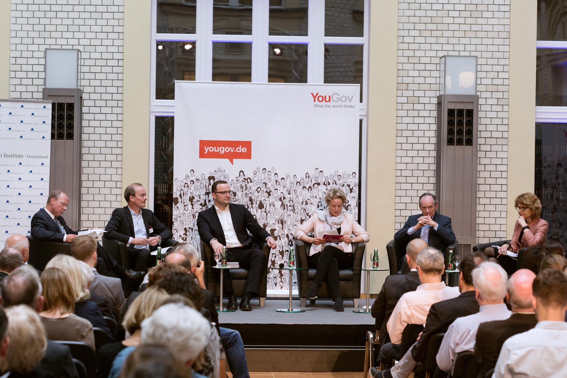 Moderatorin Almut Möller stellt eine Frage an das Panel