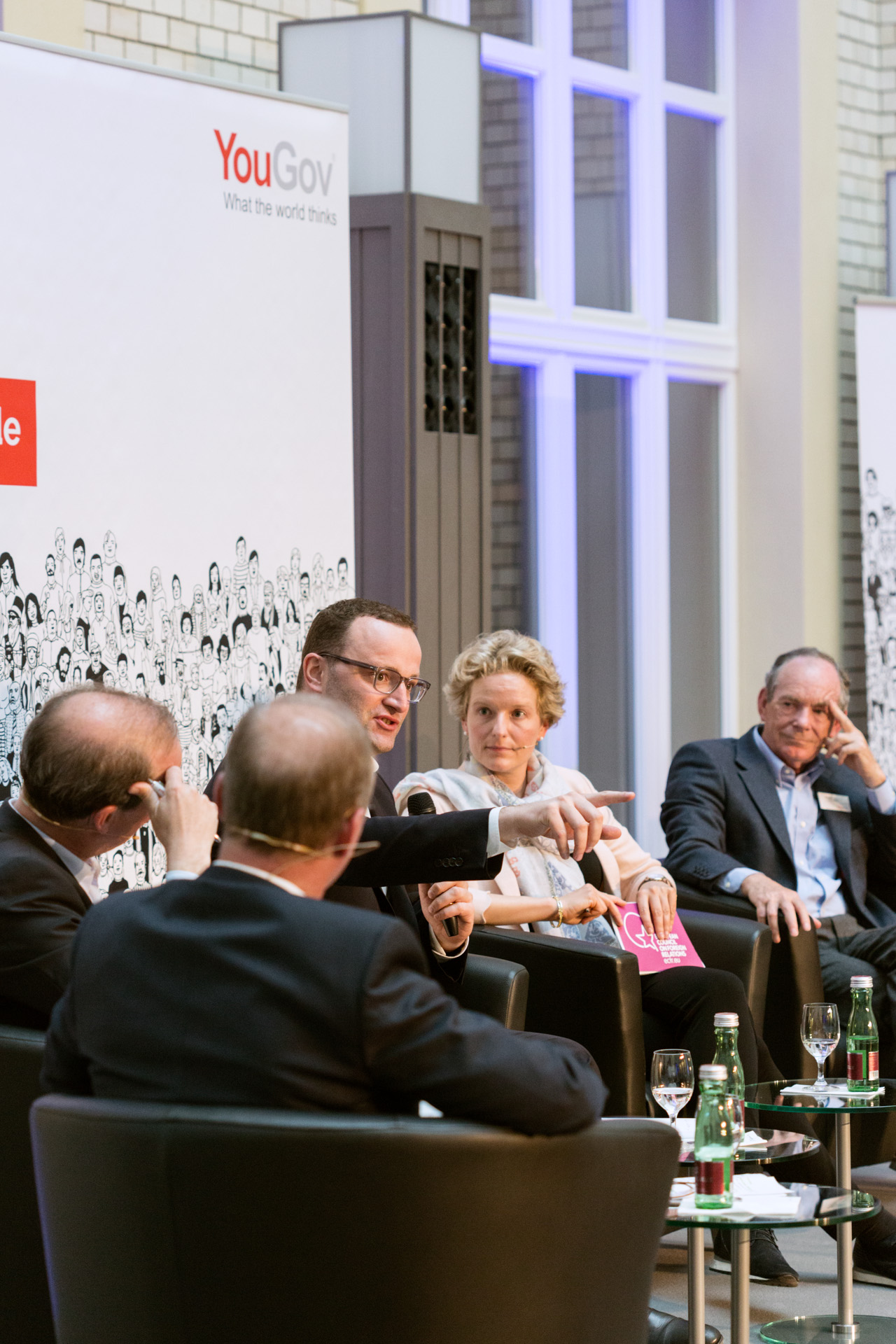 Parlamentarischer Staatssekretär beim Bundesminister der Finanzen, Jens Spahn, in der Diskussion