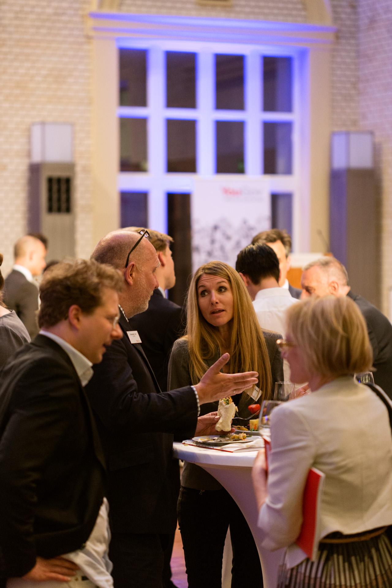 Bianca Bruhn, CEO YouGov Northern Europe, im Gespräch mit Besuchern